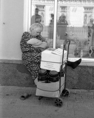 moscow_lady_sleeps_on_ledge